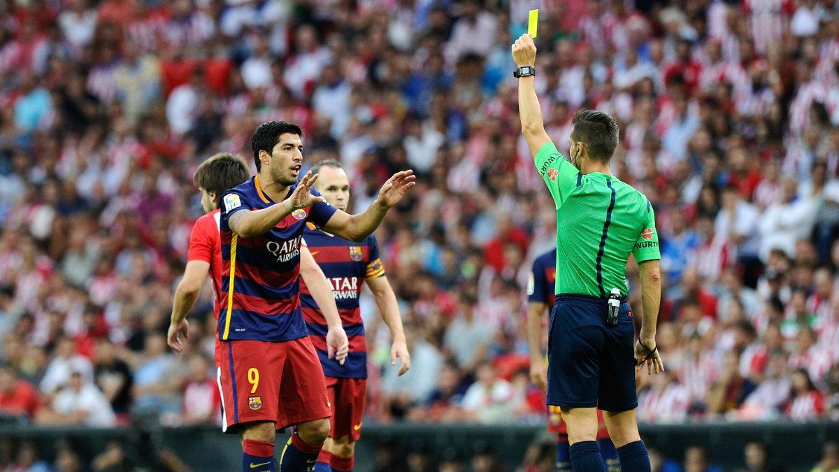 Del Cerro Grande amonesta a Suárez durante el Athletic-Barça. (Getty)