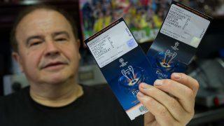 Un aficionado exhibe dos entradas para la final de la Champions League. (Getty)