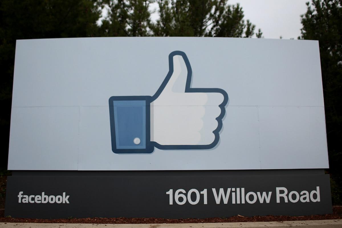 Un cartel que da la bienvenida a las oficinas centrales de Facebook en Silicon Valley, con el famoso pulgar hacia arriba de la red social. (Foto: Getty)
