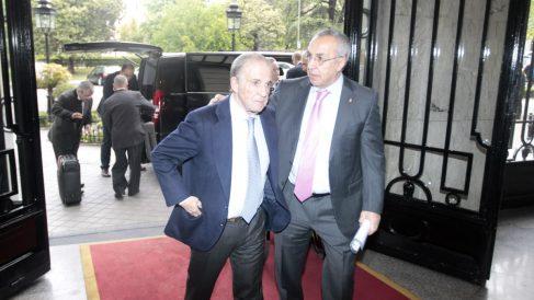 El periodista José María Garcia y el presidente del COE, Alejando Blanco, a su entrada en el Ritz. (P.Toledo)
