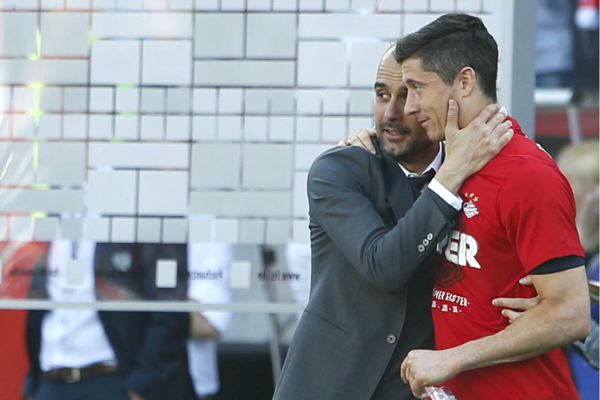 Guardiola se abraza a Lewandowski tras ganar la Bundesliga. (Reuters)