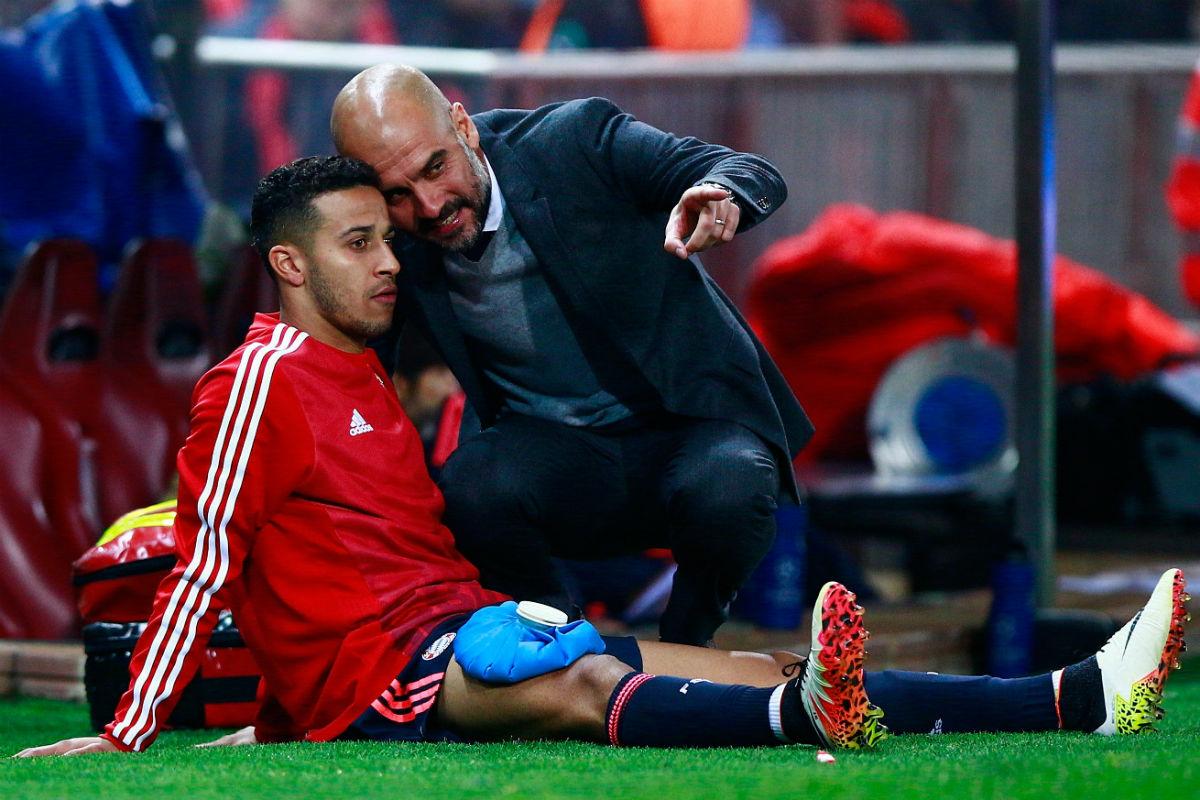 Guardiola da instrucciones a Thiago. (Getty)