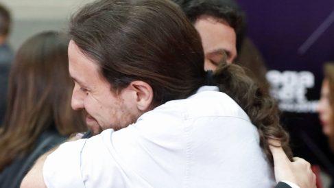 Pablo Iglesias, líder de Podemos, y Alberto Garzón, cabeza de Izquierda Unida, abrazándose. (Foto: EFE)