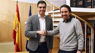 Pedro Sánchez y Pablo Iglesias. (Foto: AFP)