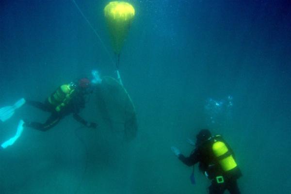 Agentes de la Guardia Civil revisando los restos del pecio 'La Isabella'. (GC)