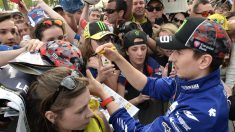 Jorge Lorenzo firma autógrafos en Le Mans. (AFP)
