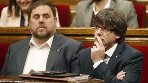 Oriol Junqueras y Carles Puigdemont en el Parlamento catalán. (Foto: EFE)