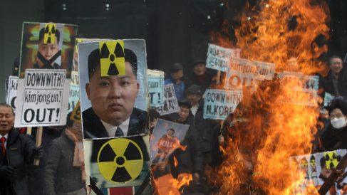 Protestas contra el armamento nuclear de Corea del Norte bajo el pretexto de la autodefensa. (Foto: Getty)