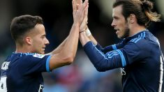 Lucas Vázquez celebra con Bale el gol en Anoeta. (EFE)