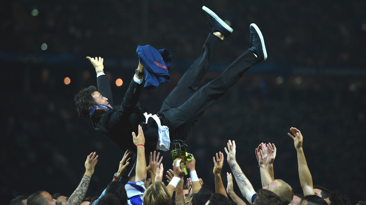Luis Enrique, manteado por sus jugadores tras ganar la Champions. (Getty)