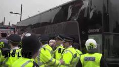 Hinchas del West Ham apedrean el autobús del Manchester United.
