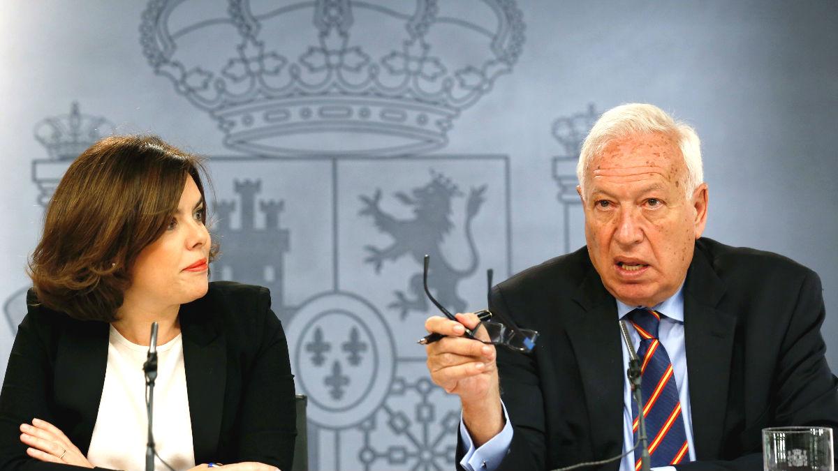 La vicepresidenta del Gobierno en funciones, Soraya Sáenz de Santamaría (i), y el ministro de Asuntos Exteriores, José Manuel García-Margallo (Foto: Efe)