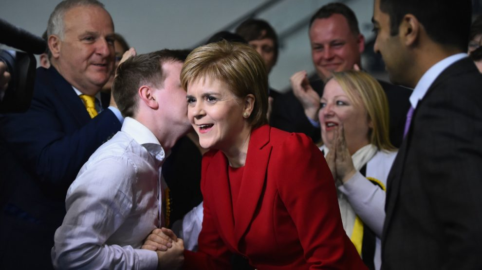 La líder del Partido Nacionalista Escocés, Nicola Sturgeon, recibe las felicitaciones de sus afiliados. (Foto: Getty)