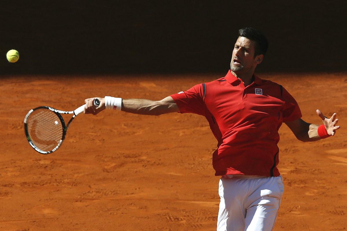 Djokovic pega un derechazo ante Coric. (EFE)