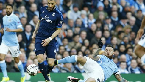 Otamendi se 'cargó' a Benzema en Manchester. (Reuters)