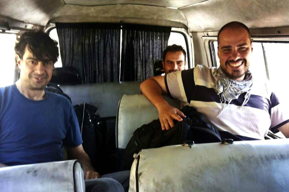 López (izqda.), Sastre (atrás) y  Pampliega (derecha), un día antes de ser retenidos en Siria. (FB)