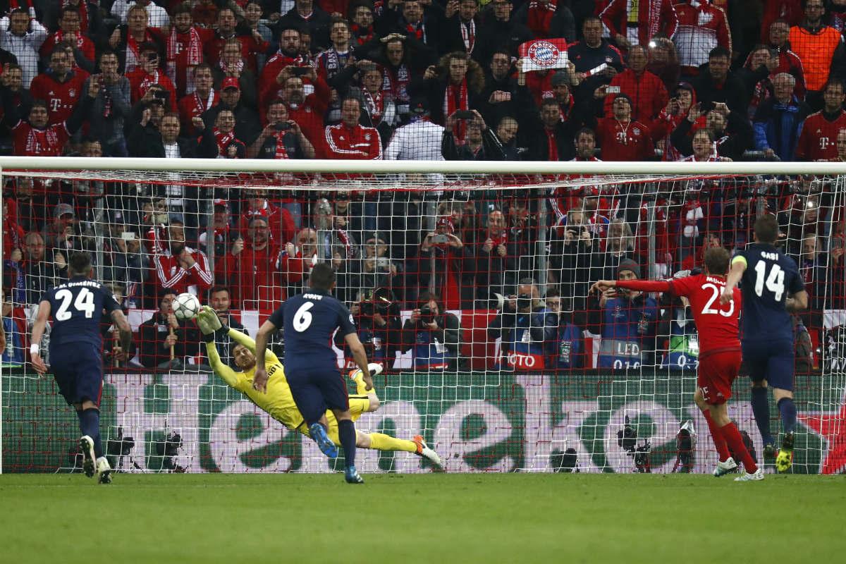 Oblak, en el momento de su parada a Müller desde el punto de penalti. (Reuters)