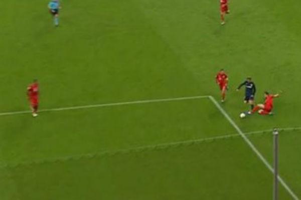 El momento del penalti a Fernando Torres fuera del área.