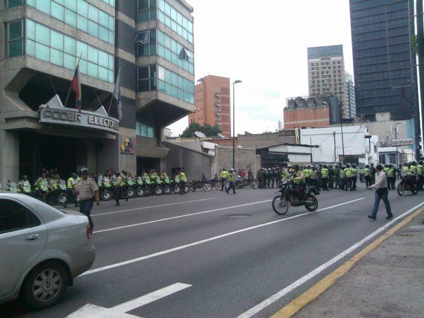 Policías y militares bloquean el acceso al CNE.