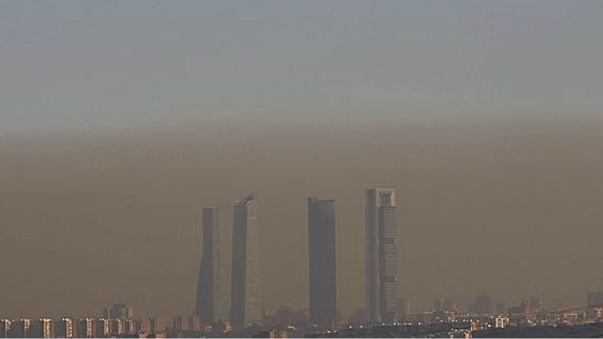 La nube de polución que contamina el aire de Madrid es perceptible al ojo humano cuando alcanza niveles críticos. (Foto: agencias)