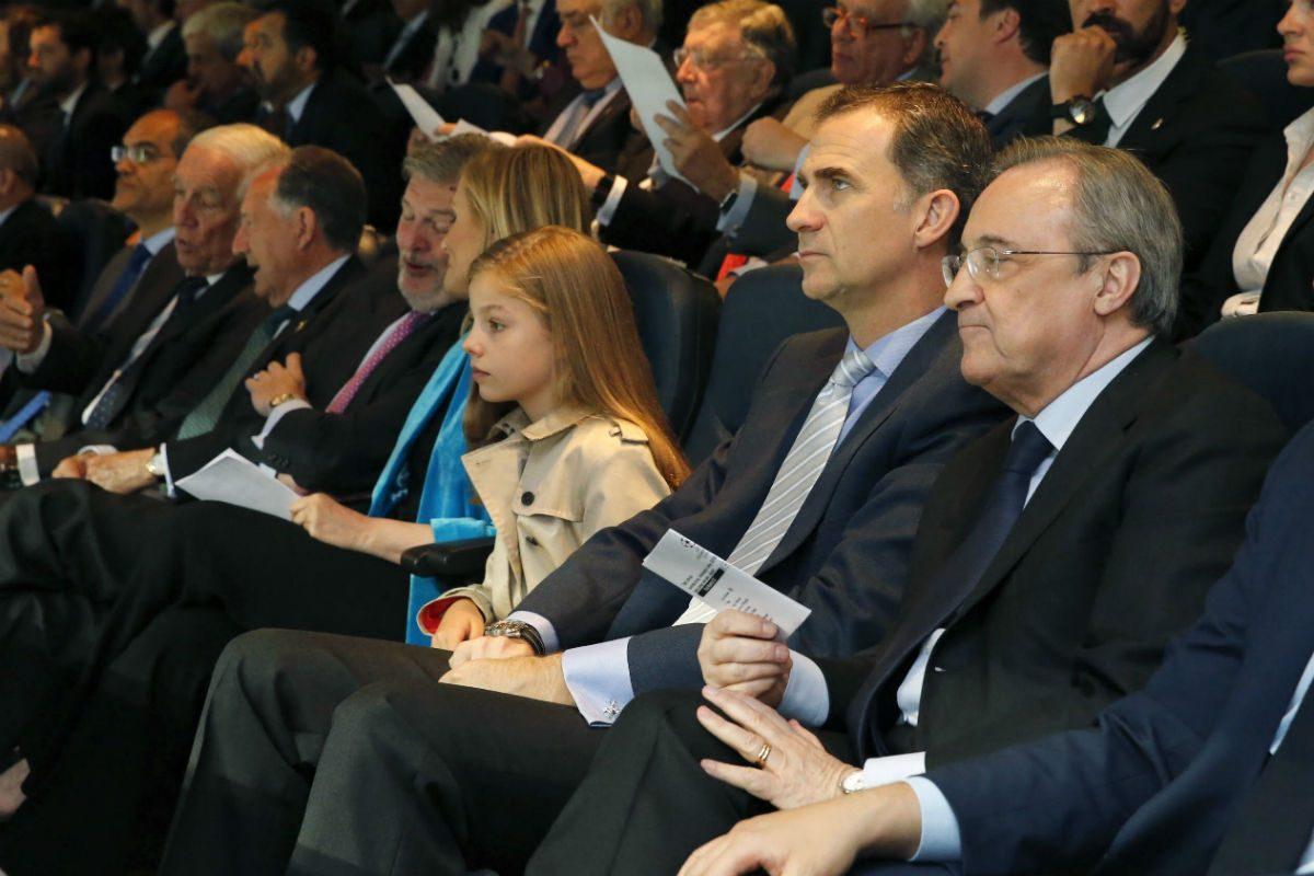 Florentino Pérez, en primer plano, con el Rey Felipe VI y la Infanta Sofía en el palco del Bernabéu. (EFE)