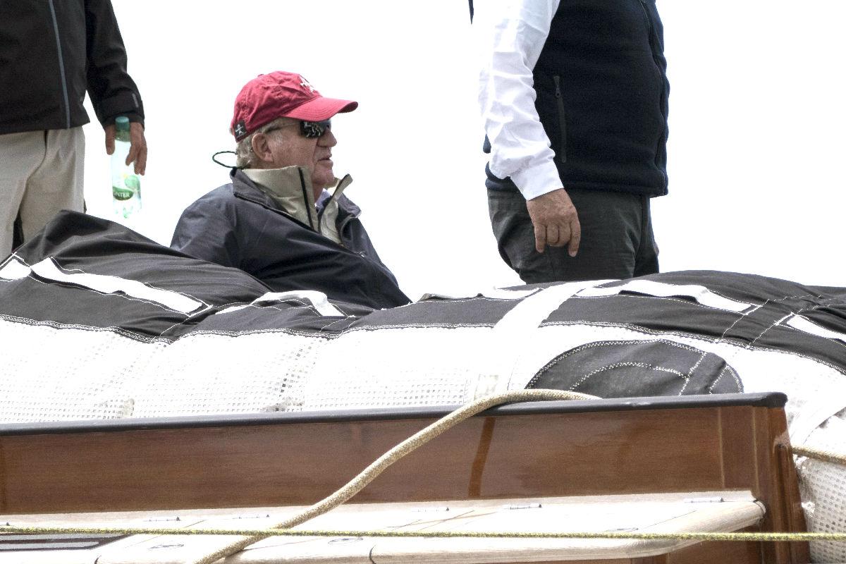 El Rey Juan Carlos en una embarcación de la Gaastra PalmaVela (Foto: Efe).
