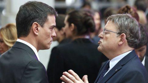 El secretario general del PSOE, Pedro Sánchez hablando con el presidente del PSPV, Ximo Puig. (Foto: EFE)