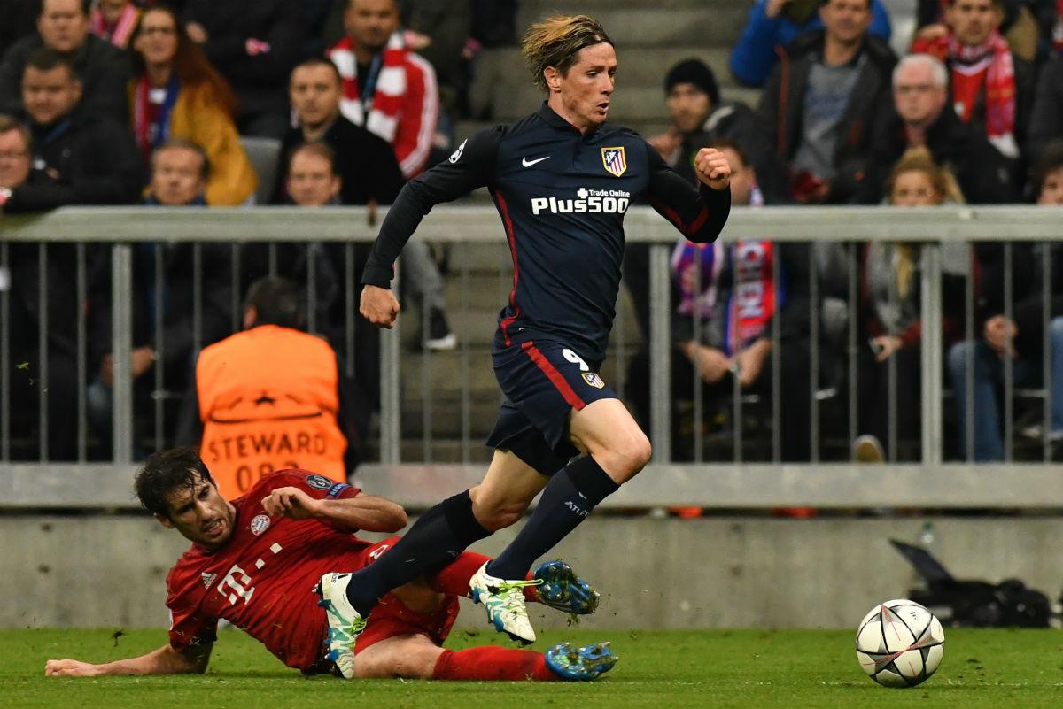 Fernando Torres desborda a Javi Martínez justo antes del penalti. (AFP)