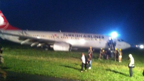 Los pasajeros son evacuados tras salirse el avión de la pista. (Foto: Carlo Binda)