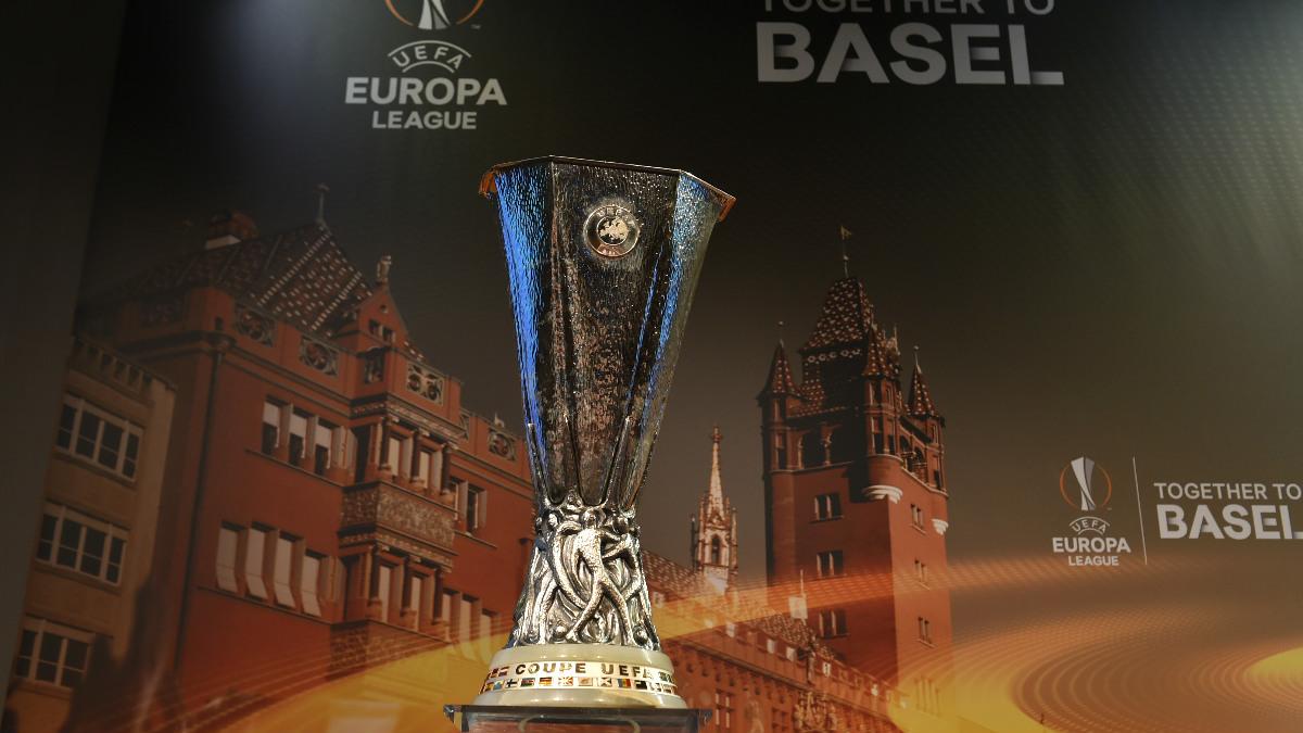 Este es el trofeo que alzará el campeón de la Europa League. (AFP)