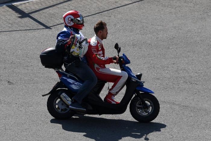 Sebastian Vettel conduce la moto del comisario en el GP de Rusia.