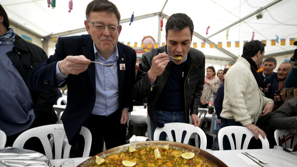 Ximo Puig y Pedro Sánchez en las Fallas. (AFP)