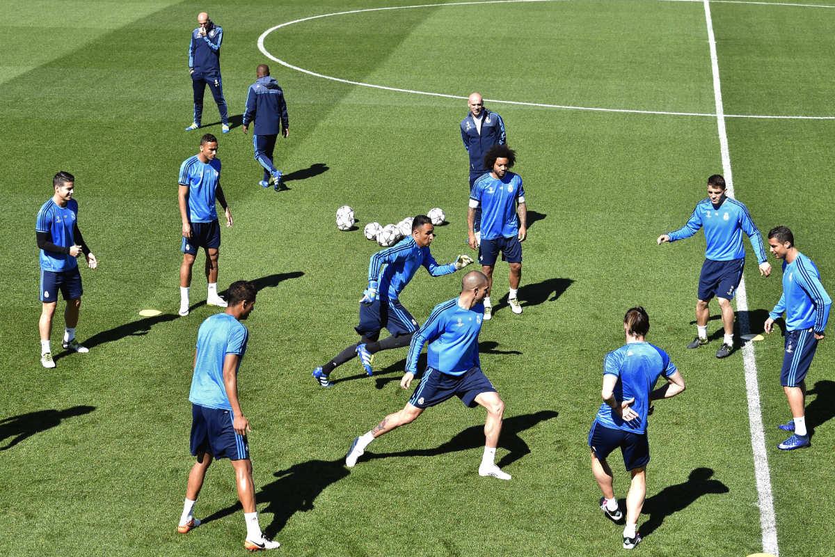 Zidane observa el entrenamiento de sus jugadores. (AFP)
