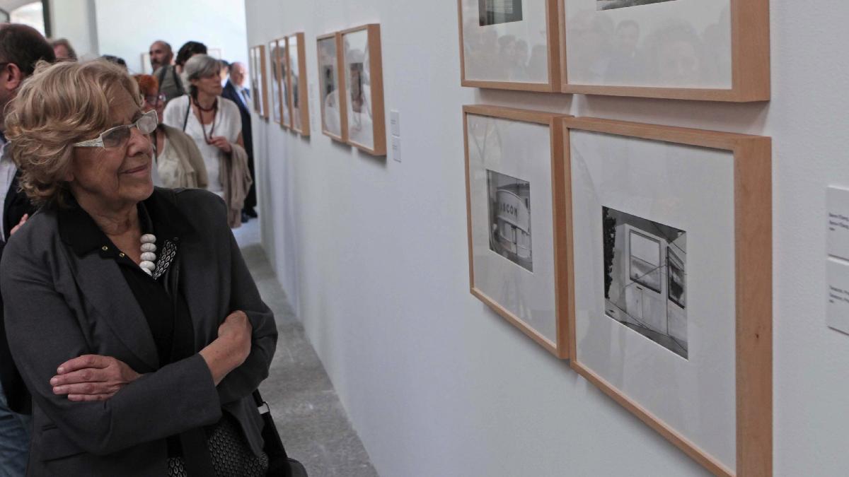 La alcaldesa Manuela Carmena inaugurando una exposición. (Foto: Madrid)