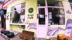 Fachada del Kiwi Café de Tbilisi (Georgia).