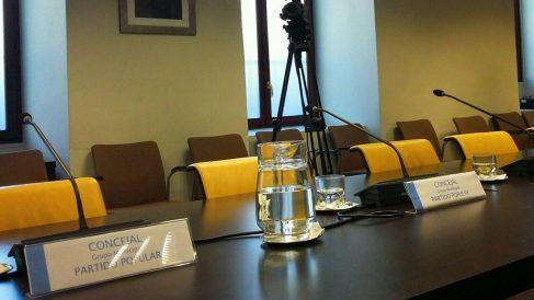 Las cuatro sillas vacías del PP este miércoles. (Foto: AM)