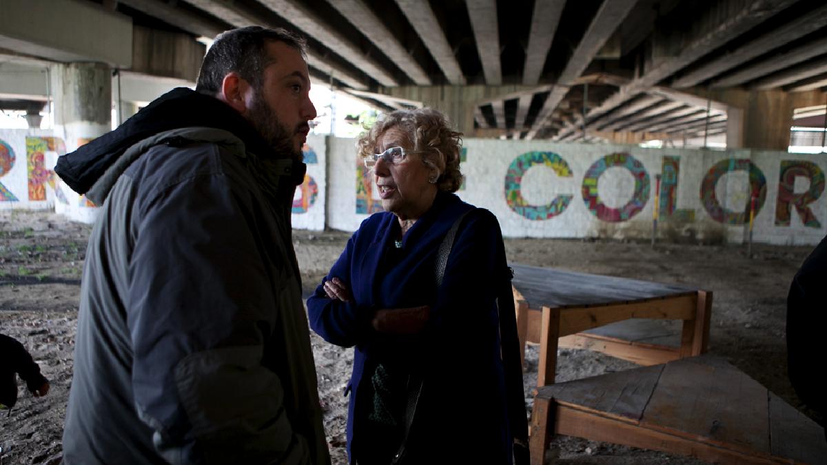 La alcaldesa Carmena con el edil de Fuencarral-El Pardo, Guillermo Zapata. (Foto: Madrid)