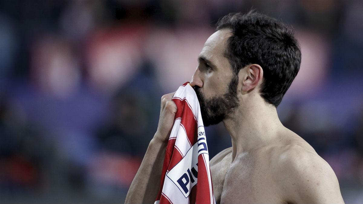 Juanfran besando la camiseta del Atlético de Madrid