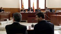 Leo Messi junto a su padre en el banquillo de los acusados. (Foto: AFP)