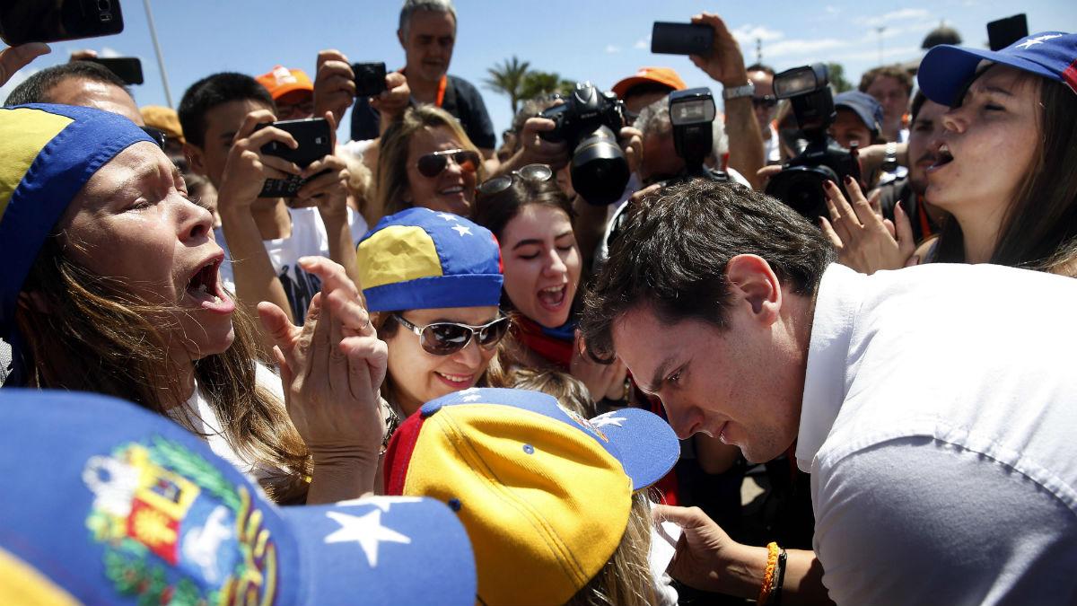 Albert Rivera en Valencia con un grupo de venezolanos. (Foto:EFE)
