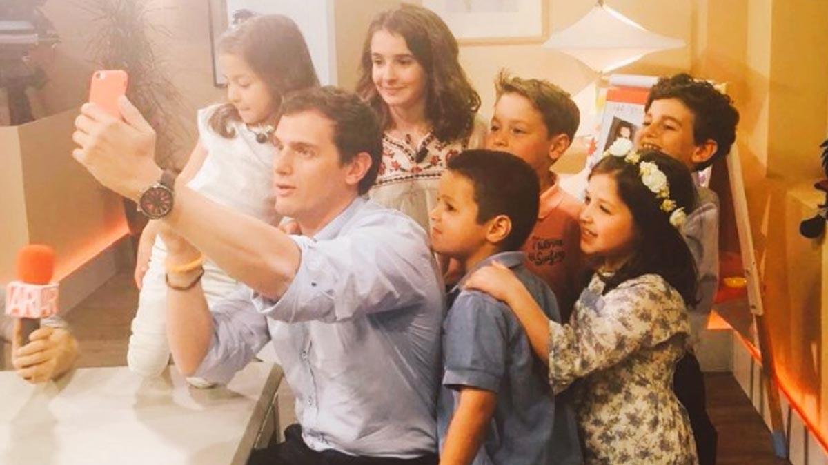 Albert Rivera, con los niños participantes en el programa.
