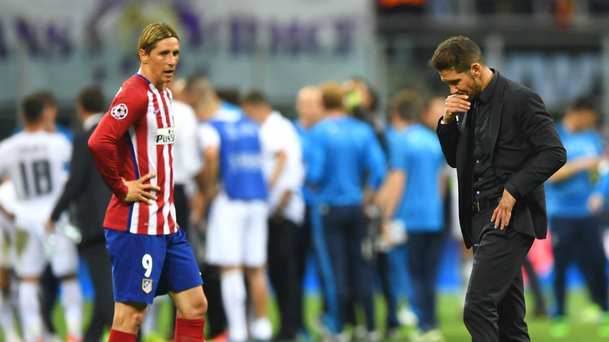 Torres y Simeone, cabizbajos, tras perder en Milán. (Getty)