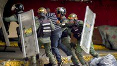 La policía venezolana carga contra los manifestantes (Foto: AFP).