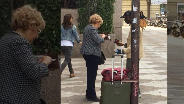 La exjueza Manuela Carmena comprando a un vendedor ilegal en Madrid.