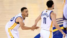 Stephen Curry choca la mano con Klay Thompson tras su peor partido del año. (Getty)