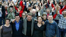 La alcaldesa de Barcelona Ada Colau (c), junto a Xavier Domenech (3i), y Gerardo Pisarelllo (2i), entre otros, durante el acto de celebración de un año de gobierno en el Ayuntamiento de la formación política Barcelona En Comú. (Foto:EFE)