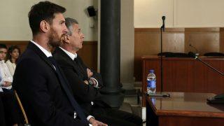 Leo Messi junto a su padre durante el juicio. (AFP)