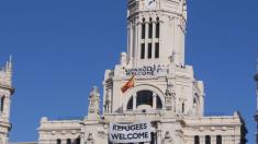 Lona de 9×3 metros de Hogar Social Madrid en el Ayuntamiento de Carmena. (Foto: HSM)