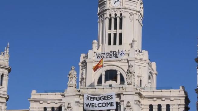 La ultraderecha contesta a Carmena: cuelgan una lona en el Ayuntamiento que dice 'Españoles Welcome'