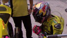 Luis Salom reza delante de la moto antes de una carrera.